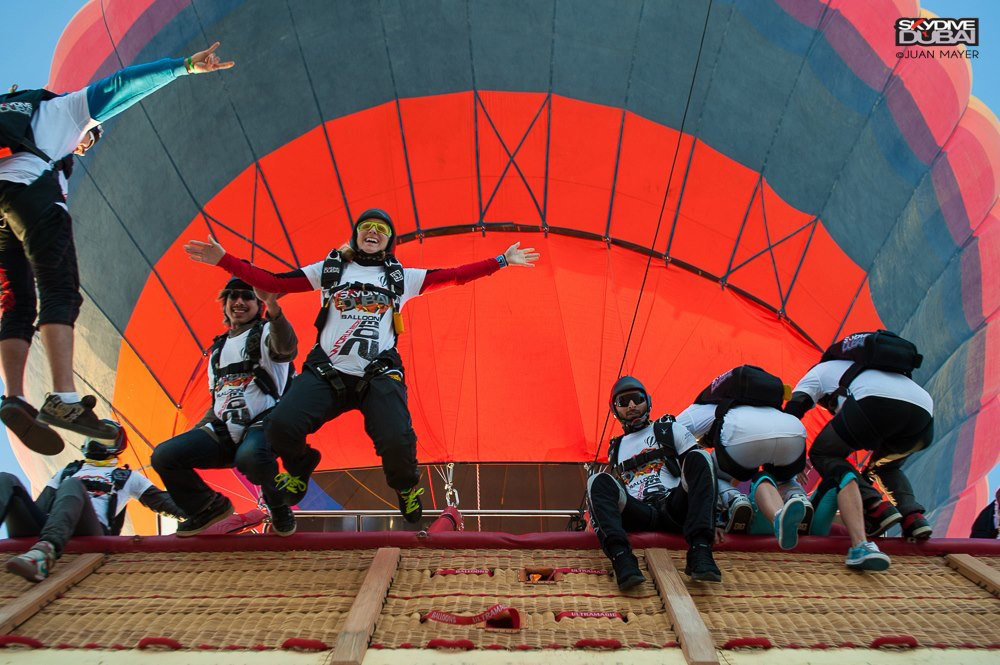 Balloon Adventures UAE & SkyDive Dubai Guinness records 40 jump skydiver from balloon