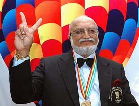 B-42, MUM-290301 - MARCH 29, 2005 -  MUMBAI: VIJAYPAT SINGHANIA CHAIRMAN EMERITUS RAYMONDS GROUP AND AVIATOR ANNOUNCES HIS NEW HOT AIR BALLOON ADVENTURE IN MUMBAI ON TUESDAY. PTI PHOTO